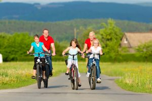 family-cycling-i-ss
